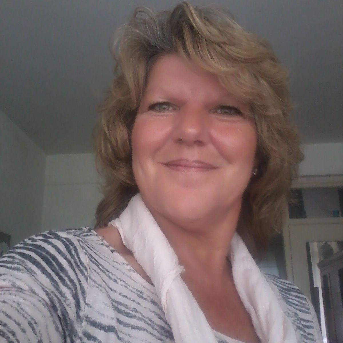 57 jarige Vrouw uit Rotterdam (Zuid-Holland) zoekt man voor Cybersex, Vriendschap